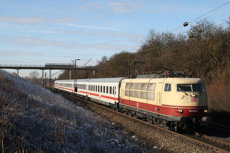 103 245 bei Hattenhofen am 17.Januar 2009 in Richtung München. Durch den viergleisigen Ausbau der Strecke München-Augsburg, sin so manche Brücken verschwunden, auch die im Hintergrund.