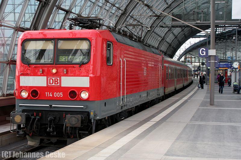 Berlin Hauptbahnhof, 22.Februar 2010.  Ein Zug der Linie RE1 fährt nach Frankfurt/Oder aus. Eigentlich verkehren auf der Linie ausschließlich RE160-Dostos. Hier wird aber ein Ersatzzug eingesetzt (By-Wagen).