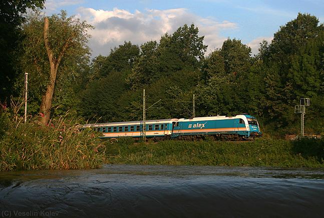 Am 10. August 2010 passiert ALX 87002 auf der Reise von München nach Hof die Stelle, an der Isar und Amper zusammenfließen.