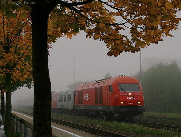 Nebel gehört zum Herbst dazu genauso wie die Laubfärbung. Mit jedem weiteren Tag scheinen die Nebel- und Hochnebelfelder hartnäckiger zu werden. ÖBB-Lok 2016 076 fährt am dunstig-trüben Morgen des 4.10.2010 mit dem RE 966 Linz - München in Dorfen Bahnhof ein.