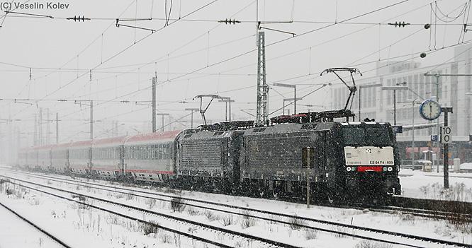 Zwei Eurosprinter-Loks machen mit EC 87 München - Verona am 11. Februar 2010 im verschneiten Münchner Ostbahnhof Station.