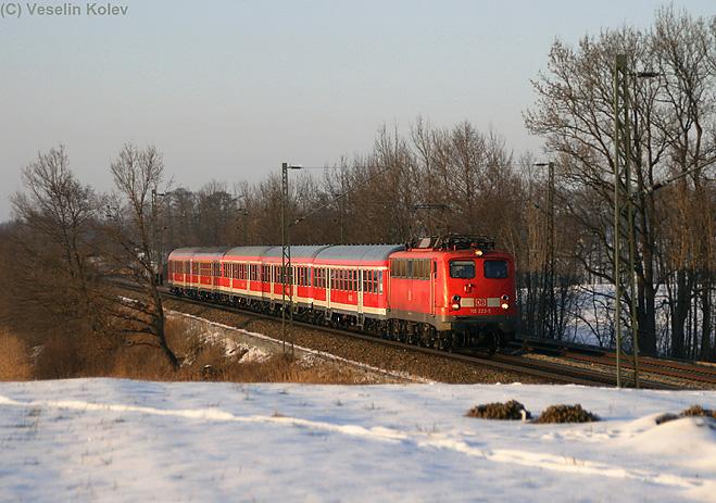 Dies ist 110 223, Münchens letzte Kastenzehner-Lok. Am 16. Februar 2010 bespannte sie den RE 30103 von München nach Kufstein. Nahe der ehemaligen Blockstelle Hilperting entstand diese Aufnahme.