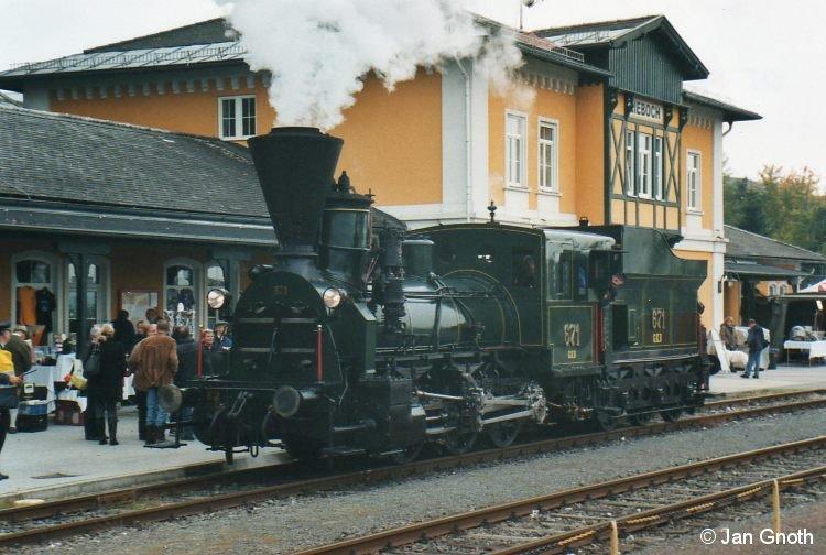 Lok 671 der Graz-Köflacher-Eisenbahn bei der 150-Jahr-Feier der Graz-Köflacher-Eisenbahn am 16.10.2010 in Lieboch. Die Lok 671 ist das erste bei der Graz-Köflacher-Eisenbahn in Betrieb genommene Fahrzeug und zog bei der Eröffnung der Graz-Köflacher-Eisenbahn am 03.04.1860 den Eröffnungszug von Graz nach Köflach. Die Lok 671 ist die älteste betriebsfähige Lokomotive der Welt.