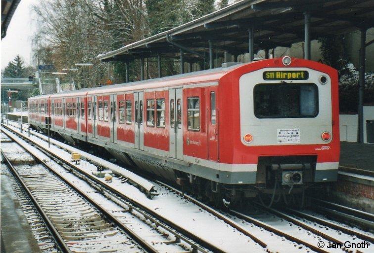 472 228 als Weihnachts-S-Bahn am 19.12.2009 in Blankenese. Eigentlich sollte die Weihnachts-S-Bahn natürlich mit dem historischen 471 082 von 1958 gefahren worden, doch nachdem dieser schadhaft geworden war, wurde als Ersatz 472 228 eingesetzt.