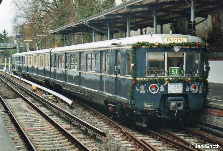 471 082 steht als Weihnachts-S-Bahn am 05.12.2009 in Blankenese zur Abfahrt in die Hamburger Innenstadt bereit.