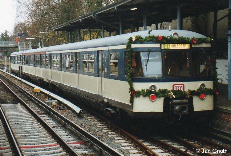 470 128 als Weihnachts-S-Bahn am 10.12.2005 in Blankenese. 470 128 war am 8.5.2005 unter Ausnutzung der Restfristen als historisches Fahrzeug wieder in Betrieb genommen worden und musste am 17.06.2006 wegen abgelaufener Frist wieder abgestellt werden. Seit 2009 wird der Zug wieder aufgearbeitet.