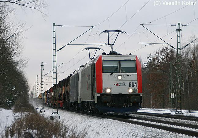 Eiskalt war es am 30. Januar 2010. Eine 185 und eine 186 von Lokomotion befördern einen schweren Containerzug in Richtung Kufstein; aufgenommen nahe Haar.