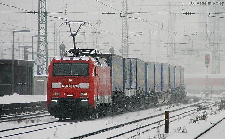 Der Winter 2009/2010 erwies sich in Bayern als äußerst hartnäckig. Am 11. Februar 2010 fährt 152 116 mit einem Containerzug durch den tief verschneiten Münchner Ostbahnhof.