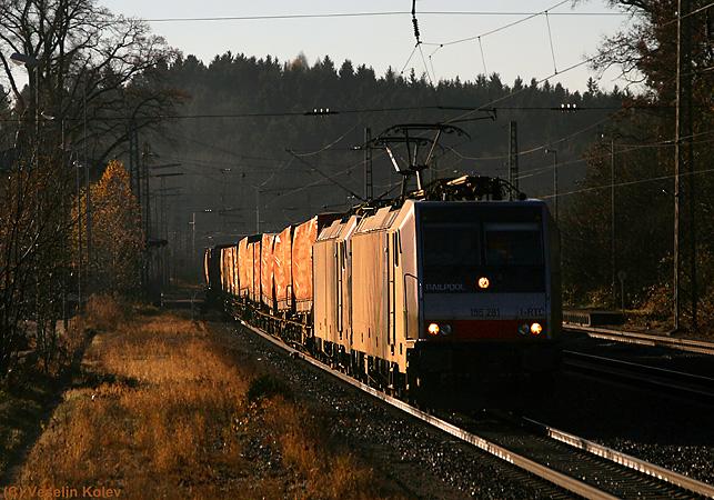 Feine Morgenatmosphäre war am 14. November 2010 in Aßling zu spüren. Der Güterverkehr konnte sich sehen lassen, auch wenn es sich um einen Sonntagmorgen handelte. Unter anderem entstand diese Aufnahme von einem 186er-Doppel von Railpool mit einem Containerzug.