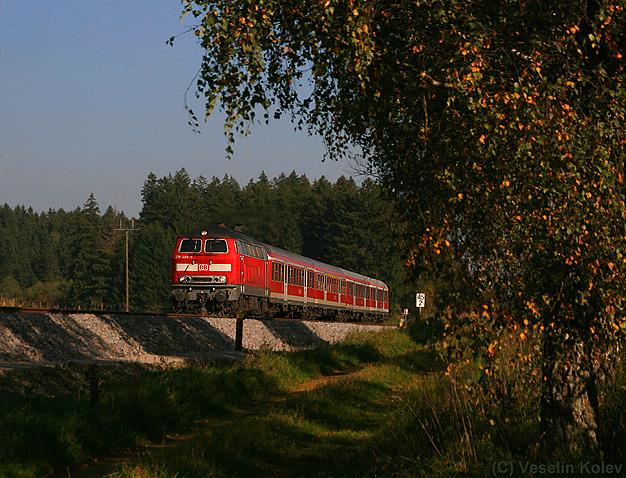 Die Allgäubahn und manch davon abzweigende Strecke war bis 2014 ein großes Einsatzgebiet der Baureihe 218. Abgelöst wurden sie von Baureihe 245, da bis zur geplanten Elektrifizierung noch ein paar Jährchen vergehen werden. Am 12.10.2010 wurde 218 488 mit einem Regionalzug zwischen Geltendorf und Kaufering aufgenommen.