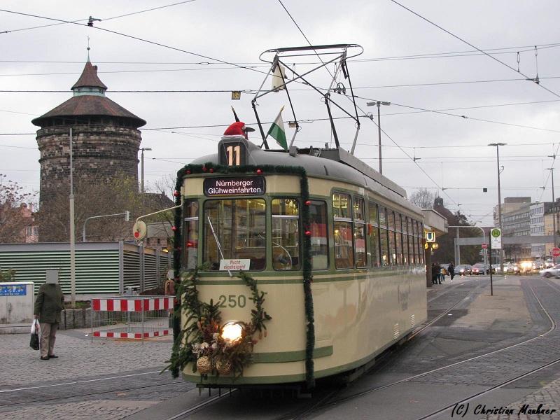 Eine adventlich geschmückte historische Straßenbahn in Nürnberg.