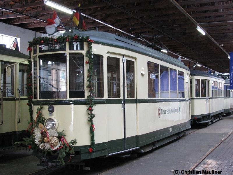 Weihnachtlich geschmückter Straßenbahnwagen der Straßenbahnfreunde Nürnberg-Fürther Straßenbahn e.V. im historischen Straßenbahndepot St.Peter in Nürnberg Schloßstraße 1.