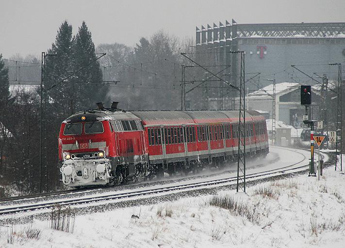 218 469 verlässt mit einem Regionalzug am 2.12.2010 das tief verschneite München in Richtung Buchloe.