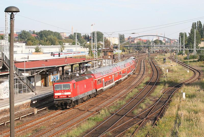 Am 23. September 2010 schien die Sonne als 143 333 mit ihrer RB 28324 von Senftenberg nach Nauen gerade am S-Bahnhof Warschauer Straße vorbeikommt, um in wenigen Minuten Berlin Ostbahnhof zu erreichen.