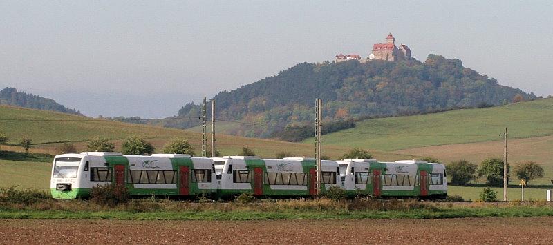 Am 8. Oktober 2010 befindet sich dieses Dreier-Pärchen Südthüringenbahn-Regioshuttle auf dem Weg nach Meiningen bzw. Ilmenau als es kurz vor Arnstadt ein gutes Bild mit der im Hintergrund befindlichen Wachsenburg abgibt.