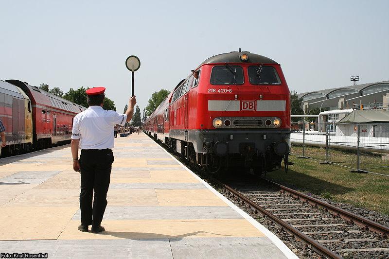 Abfahrt! ... Heißt es am 30. Mai 2008 für 218 420 auf dem ILA-Bahnhof in Berlin. Die Garnitur pendelte an diesen Tagen zwischen dem ILA-Bahnhof und Berlin-Lichtenberg.
