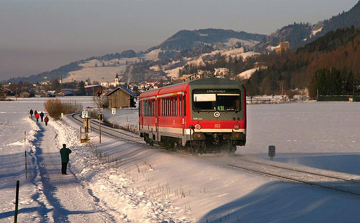Im Winter kann es durchaus vorkommen, dass im Oberallgäu die Sonne scheint während der Rest Deutschlands unter Wolken liegt. So war das auch am 3.01.2011. Ein 628er ist von Oberstdorf nach Augsburg unterwegs, aufgenommen bei Altstädten.