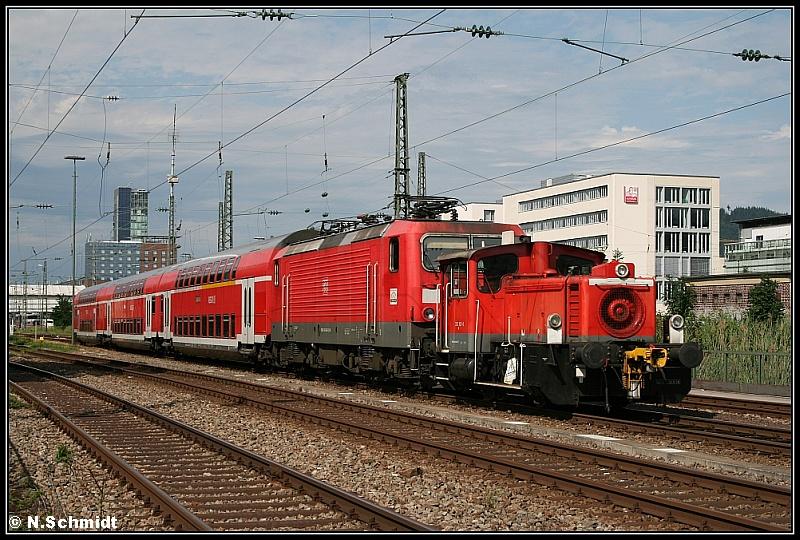 Ungleiches Doppel mit Anhang: Südlich des Freiburger Hauptbahnhofs sind am 14.7.2009 335 121 und 143 042 mit ihren drei Dostos in Richtung Werk unterwegs.