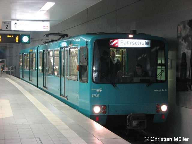 """Fahrschulwagen der Baureihe U3 auf Gleis 2 der U-Bahnstation """"Ostbahnhof"""" in Frankfurt am Main am 8.3.2011. Solche Wagen leisten ihren Fahrgastdienst nur auf der U-Bahnlinie 4."""