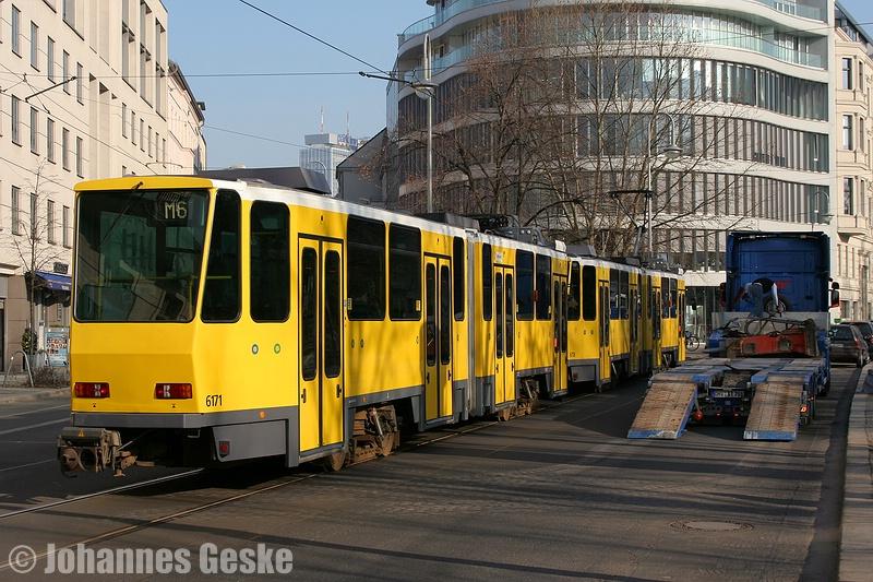 04.März 2011, eine Tatra-Doppeltraktion verlässt die Haltestelle Monbijouplatz. Die M6 endet in Hellersdorf (Riesaerstraße).