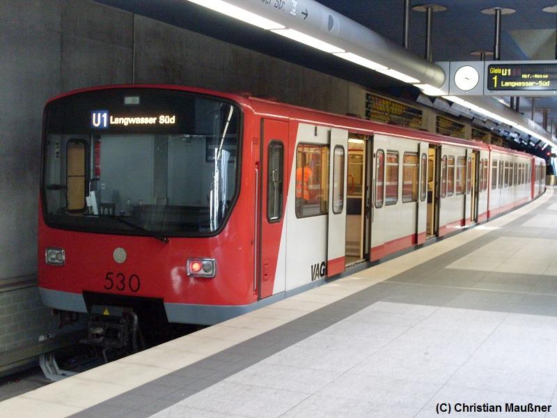 Beinahe historisch ist der Anblick von DT2 Zügen mit Rollband in Nürnberg geworden, lediglich der Zug 537/538 hat auf diesem Bild noch sein Rollband welches er aber vmtl. bald durch eine LCD-Anzeige ersetzt wird. Hier zu sehen ist der DT2-Zug 529/530 im Bahnhof Fürth Hardhöhe.