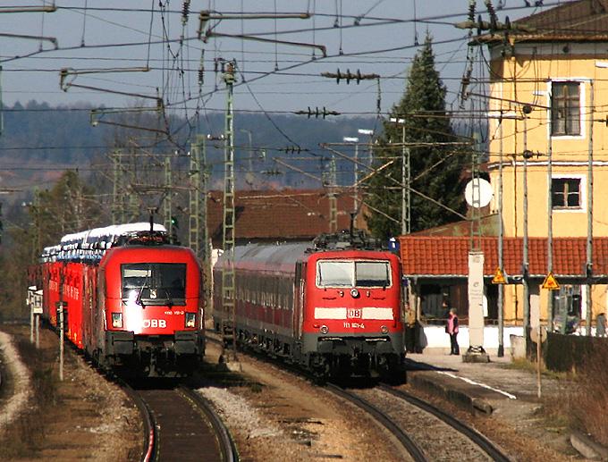 Zugbegegnung in Ostermünchen am 15.03.2011: Links 1116 115 mit einem Güterzug, rechts 111 181, welche den RE 79020 von Salzburg nach München schiebt.