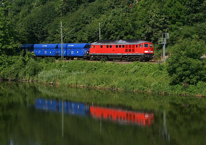 Das Kohlekraftwerk im oberbayerischen Zolling wird per Schiene bedient. Im Bild Ludmilla-Lok 233 510, die mit leeren Kohlewagen vom Kraftwerk in Richtung Landshut unterwegs ist, aufgenommen bei Volkmannsdorf.