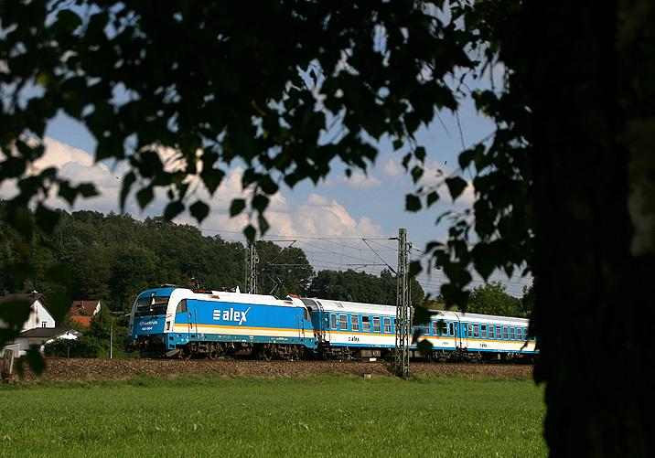 Arriva-Taurus 183 004 ist am 10.08.2010 mit einem ALEX-Zug bei Erfolgsbach in Richtung Regensburg unterwegs.