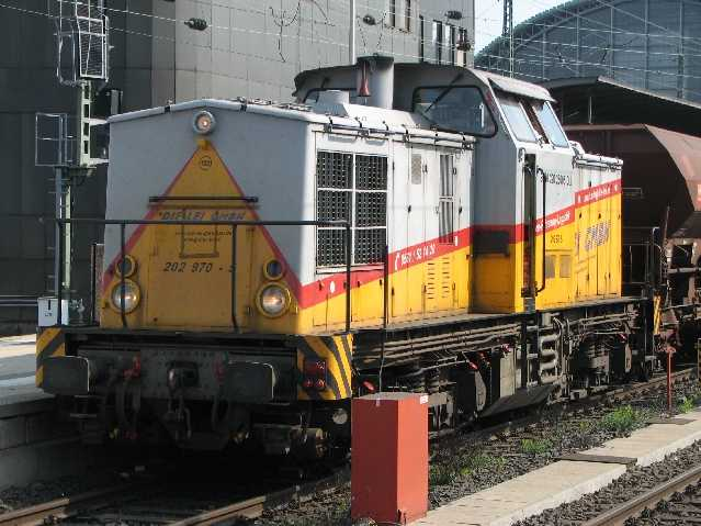 Diesellokomotive 202 970-5 mit Schotterwaggons auf Gleis 8 vom Hauptbahnhof in Frankfurt am Main am 24.4.2011.