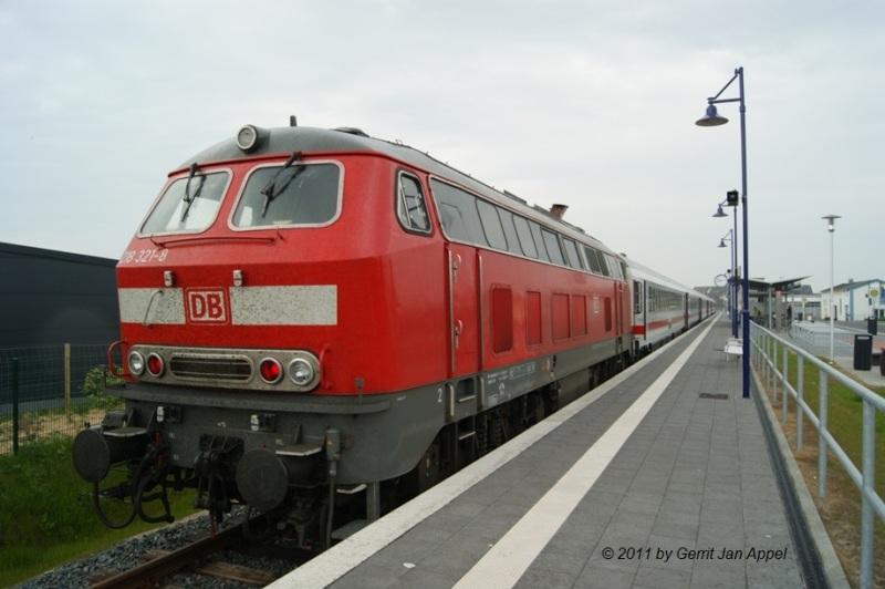 am 11.05.2011 mit 218 321-8 in Fehmarn-Burg, etwa 20 Minuten vor Abfahrt in Richtung Frankfurt/Main  © 2011 by Gerrit Jan Appel