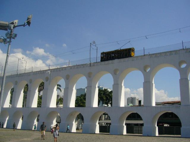 Zu den Attraktionen von Rio de Janeiro zählt auch die (verbliebene) Straßenbahn, genannt Bonde. Die Strecke über das ehemalige Aquädukt da Lapa genießt mittlerweile den Status eines Nationaldenkmals in Brasilien.