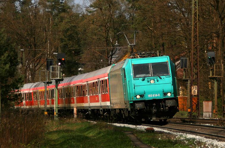 185 616 beschleunigt mit einem Nürnberger S-Bahn-Ersatzzug aus dem Haltepunkt Burgthann heraus gen Neumarkt (Oberpfalz).
