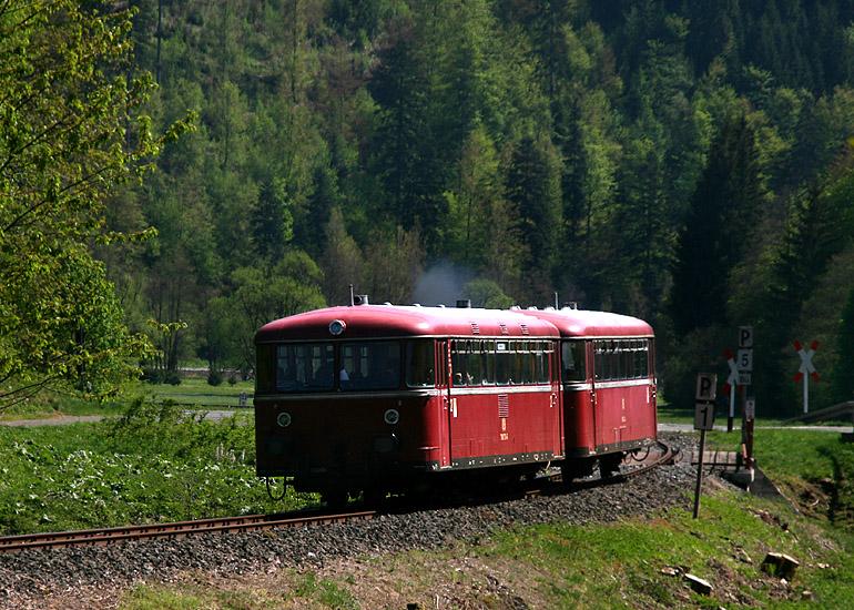 An Sommersonn- und feiertage brummt diese Schienenbusgarnitur durch das Rodachtal tief in Oberfranken. Die Aufnahme entstand am 8.05.2011 zwischen Mauthaus und Dürrenwaid.