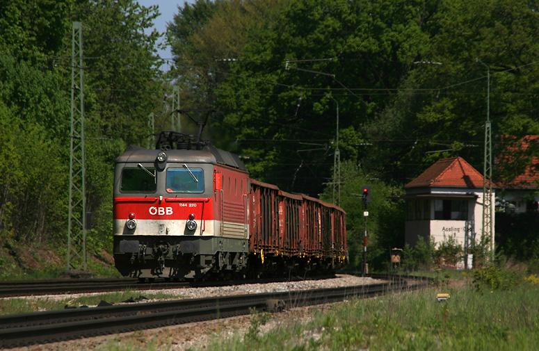 Ein Motivklassiker für Eisenbahnfreunde ist die nördliche Einfahrt von Aßling. Zum Alltag gehören auch zahlreiche ÖBB-Loks. Am 30.04.2011 konnte dort 1144 220 mit einem Güterzug festgehalten werden.