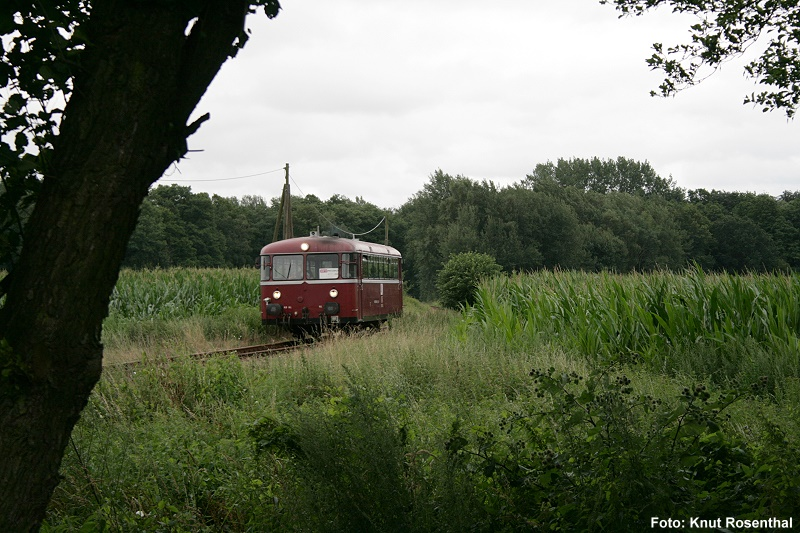 Am Freitag, den 15. Juli 2011, macht sich der Schienenbus 798 610, wie schon so oft auf seine letzte Tour von Pritzwalk ins 17 Kilometer entfernte Putlitz. In wenigen Minuten wird er den Haltepunkt Jakobsdorf (Prignitz) erreichen, den er ohne Halt durchfährt. Anschließend steht ihm nur noch Laaske als Halt bevor, ehe er in Putlitz in die verdiente Wochenendruhe gehen kann.