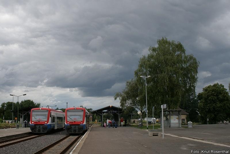 Weltuntergangsstimmung ... gab es am Nachmittag des 17. Juli 2011 im Pritzwalker Bahnhof zu bestaunen. Während VT 650.01 auf die Ausfahrt nach Meyenburg wartet, steht VT 650.05 der Prignitzer Eisenbahn zur Abfahrt nach Neustadt/ Dosse bereit, wohin auch der Bildautor an diesem Tag gefahren ist, um von dort nach Berlin zurückzukehren.