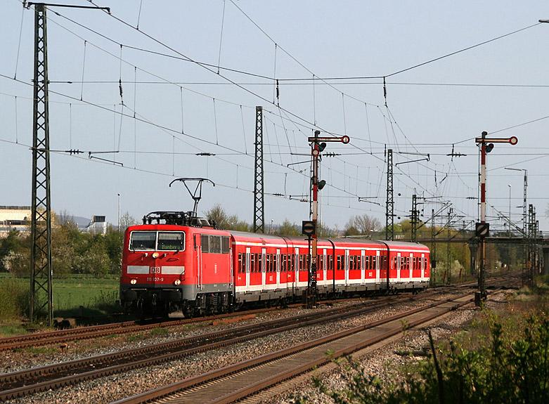 Im Frühjahr 2011 fuhren bei der Nürnberger S-Bahn Ersatzgarnituren wegen fehlender Zulassung der neuen Talent-Triebwagen. Die Aufnahme entstand im Bahnhof Hirschaid (Strecke Nürnberg - Bamberg) am 10.04.2011.