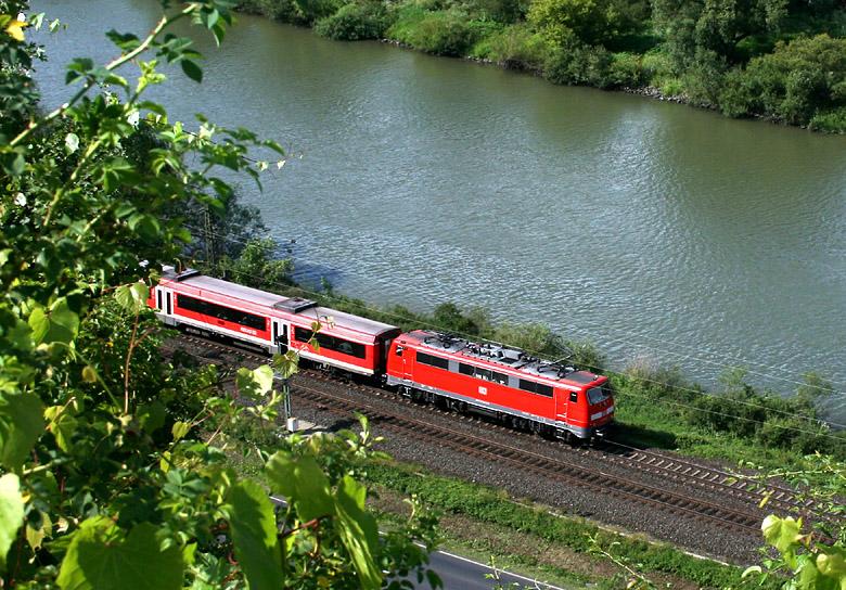 Blick vom Weinberg hinunter zum Main. Im Bild ein Regionalzug am 2.07.2011 bei Himmelstadt (Strecke Würzburg - Gemünden).