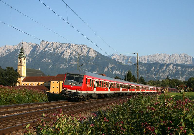 Das Kloster Reisach ist ein bekanntes Motiv für Eisenbahn-Fotofreunde. Auch am 2.08.2011 standen dort zahlreiche Fotografen, um unter anderem diesen Regionalzug nach Rosenheim zu fotografieren. Ab 2013 übernimmt Veolia den Regionalverkehr rund um Rosenheim.