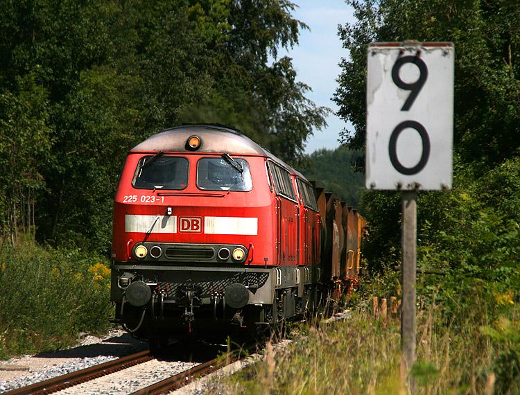 Jedes Jahr, wenn die Arlbergstrecke in Österreich gesperrt ist und daher Züge über das Allgäu umgeleitet werden, pilgern Hunderte Eisenbahnfotografen dorthin. So auch am 11.08.2011. Im Bild ein Güterzugumleiter gezogen von 225 023 und 225 024 zwischen Kißlegg und Wangen.