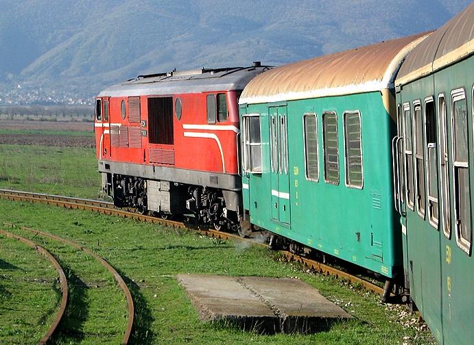 Die Fahrt mit der Rhodopenbahn Septemvri - Dobrinischte in Bulgarien ist ein Vergnügen. Die 760-mm-Strecke verläuft zum großen Teil spektakulär durchs Gebirge. Die Aufnahme entstand bei der Ausfahrt aus Septemvri am 7.04.2007.
