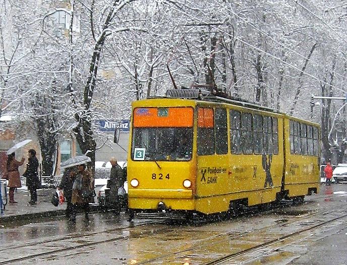 Nahverkehr in der bulgarischen Hauptstadt: Eine Tram hat auf der Linie 3 am 19.03.2008 die Endstation Zaharna Fabrika fast erreicht. Übrigens hat Sofia auch ein kleines U-Bahnnetz; eine Haltestelle befindet sich unweit vom Aufnahmeort.