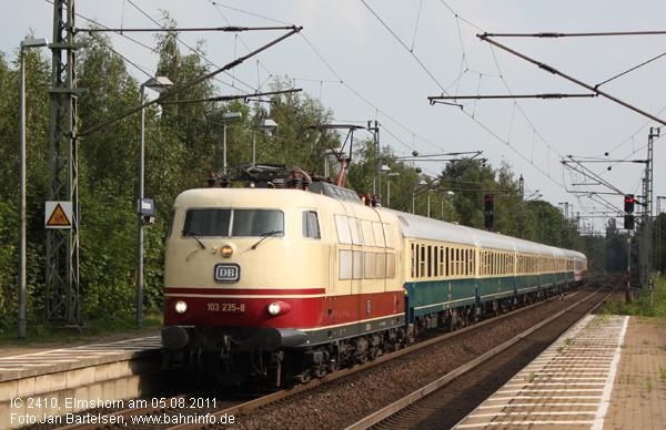 103 235-8 durchfährt am 05.08.2011 mit dem aus überwiegend historischen Wagen gebildeten IC 2410 (Köln - Flensburg) den Bahnhof Elmshorn.