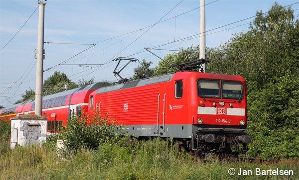 112 154-0 fährt am 06.07.2011 mit einem RegionalExpress von Hamburg nach Lübeck. Das Bild entstand zwischen Hamburg-Wandsbek und Hamburg-Tonndorf.