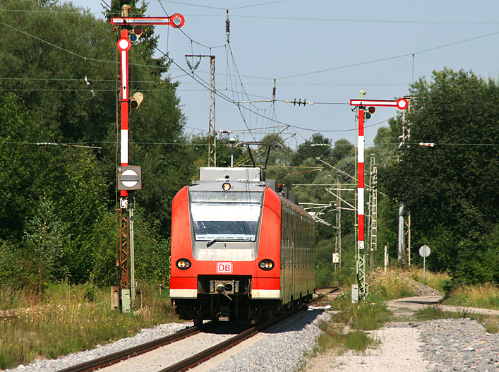 Auf der Kochelseebahn Tutzing - Kochel findet man immer noch abschnittsweise alte Signaltechnik. Die Aufnahme entstand in Bichl am 26.08.2011.