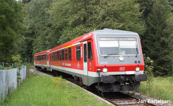 Beschaulich geht es auf dieser Nebenbahn in Oberbayern zu: 628/928 629 erreicht als RB Waging - Traunstein den Hp. Hufschlag. Die Aufnahme entstand am 29.07.2011.