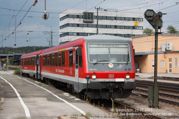 628/928 574 am 29.07.2011 als Regionalbahn nach Traunreut im Bahnhof Traunstein.
