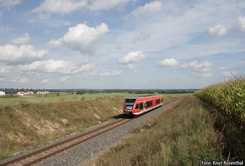 Mit Gelenktriebwagen der Baureihe 646 wird der Regionalverkehr auf dem brandenburgischen RE 6 erbracht. 646 025 schlängelt sich hier kurz hinter Wittstock (Dosse) in Richtung Wittenberge durch eine kleine Hügellandschaft.