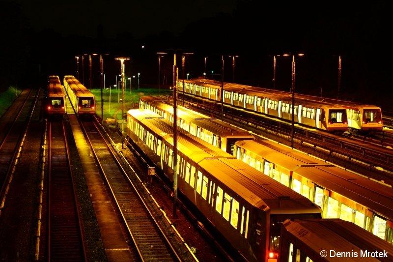 Züge der Hamburger U-Bahn vom Typ DT4 warten am 14.09.11 um 22:33 in der Abstellanlage am Schiffbeker Weg in Billstedt auf einen neuen Tag mit neuem Aufgaben. Bei Betriebsschluss in wenigen Stunden werden sich noch einige DT4 Einheiten dazu gesellen.