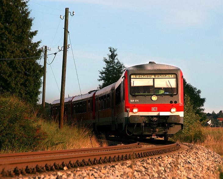 Im Jahr 2011 fahren immer noch 628er auf der Linie A der Münchner S-Bahnen. Erst 2013 kommt die Elektrifizierung und damit die 423er. Dieser Zug erreicht in Kürze den Endbahnhof Altomünster; Zugzielanzeiger wurde schon frühzeitig für die Rückfahrt nach Dachau angepasst. Aufgenommen am 6.09.2011.